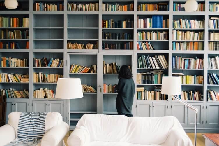 本棚と執筆者の日常イメージ