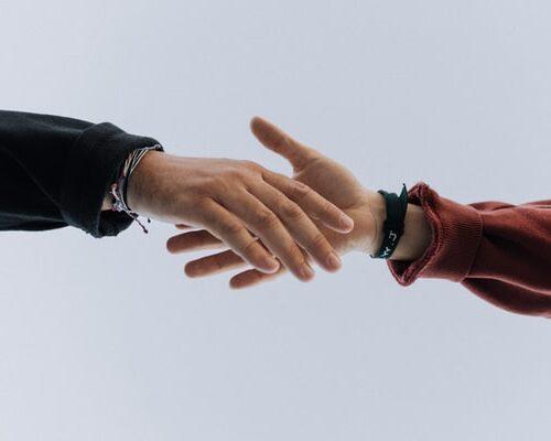 握手をするため手を差し出す画像